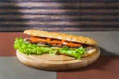 Smörgås med kotlett och nya grönsaker royaltyfri foto