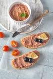 Smörgås med pate för feg lever och svarta oliv arkivbild