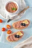 Smörgås med pate för feg lever och svarta oliv royaltyfri fotografi