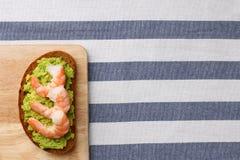 Smörgås med räka och avokadot på trä stekt ägg för kopp för frukostkaffebegrepp royaltyfri fotografi