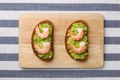 Smörgås med räka och avokadot på trä stekt ägg för kopp för frukostkaffebegrepp royaltyfria foton