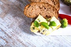 Smörgås med roquefortost och mörkt bröd Royaltyfria Foton