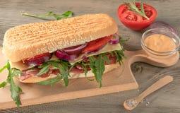 Smörgås med salami och arugula arkivfoto