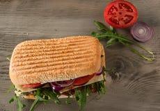 Smörgås med salami och arugula royaltyfria foton