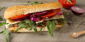 Smörgås med salami och arugula arkivbilder