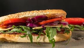 Smörgås med salami och arugula royaltyfri fotografi