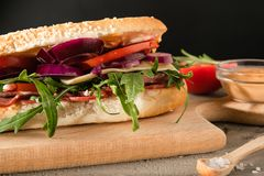 Smörgås med salami och arugula royaltyfria bilder