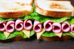 Smörgås med skinka, ost och grönsallat Arkivfoto