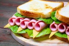 Smörgås med skinka, ost och grönsallat Fotografering för Bildbyråer