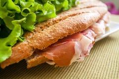 Smörgås med skinkabocadillo arkivbilder