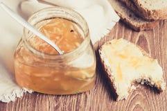 Smörgås med smör och citrust driftstopp Arkivbilder