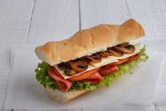 Smörgås med tomatost- och champignonchampinjoner arkivbilder