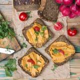 Smörgås med tomatpate och huggen av persilja royaltyfria bilder