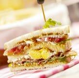 Smörgås med tre lager som fylls med baconägg och grönsallat Arkivbild