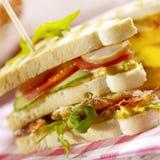 Smörgås med tre lager som fylls med baconägg och grönsallat Royaltyfri Foto