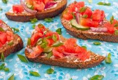 Smörgås med vita sås och grönsaker Royaltyfria Foton