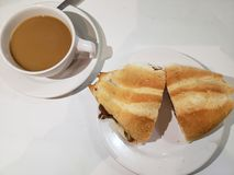 smörgås och en kopp kaffe på en snabbmat royaltyfri bild