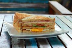 Smörgås på bröd för helt vete Arkivbild