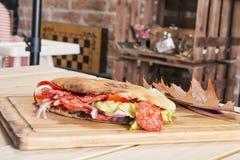 Smörgås på tabellen med höstdecotarion Arkivbild