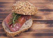 Smörgås på träplattan Arkivfoton