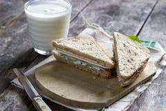 Smörgås på träskärbräda Royaltyfri Foto