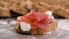 Smörgås som göras med ost för rågbröd och Parma skinka Royaltyfri Fotografi