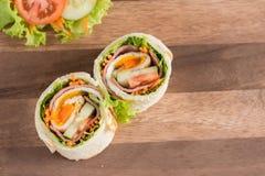 Smörgås stekt ägg med skinkarulle royaltyfria foton