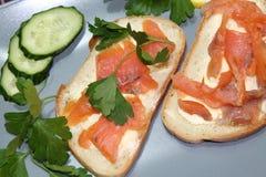 Smörgåsar av vitt bröd med den röda fisken och smör Arkivfoto