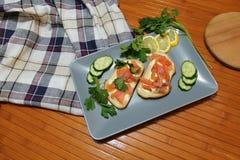Smörgåsar av vitt bröd med den röda fisken och smör Arkivbild