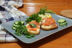 Smörgåsar av vitt bröd med den röda fisken och smör Royaltyfri Fotografi