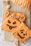 Smörgåsar för danandejordnötsmör med personlighet! Rolig smileyframsida som dras på med driftstopp Krämigt jordnötsmör med drifts royaltyfria foton