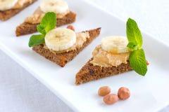 Smörgåsar för jordnötsmör med bananen Royaltyfri Bild