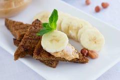Smörgåsar för jordnötsmör med bananen Arkivfoton