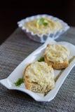 Smörgåsar med auberginekaviaren Arkivfoton
