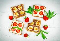Smörgåsar med choklad och bäret Royaltyfri Foto