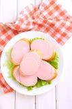 Smörgåsar med den doktors- korven i en vit platta arkivfoton