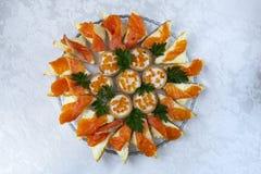 Smörgåsar med den röda fisken och kaviaren på en plattanärbild fotografering för bildbyråer