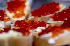 Smörgåsar med den röda kaviaren Royaltyfria Bilder