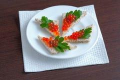 Smörgåsar med den röda kaviaren och parsley royaltyfria bilder