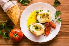 Smörgåsar med det tjuvjagad ägget, tomaten, persilja och ost Fotografering för Bildbyråer