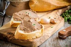 Smörgåsar med hemlagad pate för feg lever för frukost arkivbilder