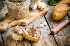 Smörgåsar med hemlagad pate för feg lever för frukost fotografering för bildbyråer