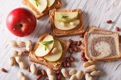 Smörgåsar med jordnötsmör och ett äpple horisontalbästa sikt Arkivbild