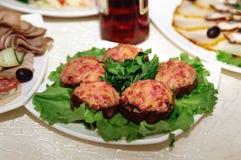 Smörgåsar med köttpate och örter ligger på en maträtt arkivbilder