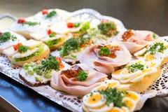 Smörgåsar med kallskuret på en buffé Royaltyfri Bild