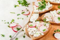 Smörgåsar med keso arkivfoto