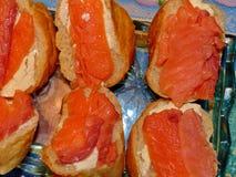 Smörgåsar med laxen Naturlig mat, aptitretare Ursnygg hem- aptitretare under ett exponeringsglas av vodka closeup arkivbild