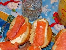 Smörgåsar med laxen Naturlig mat, aptitretare Ursnygg hem- aptitretare under ett exponeringsglas av vodka closeup arkivfoton