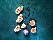 Smörgåsar med nya fikonträd, getost och blåbär Vegetarisk mat, begrepp av naturprodukter royaltyfria foton