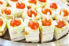 Smörgåsar med nya tomater Arkivbild